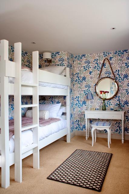 Цветные обои в комнате для гостей