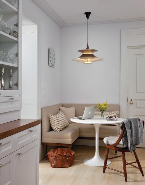 Круглый стол в комнате для гостей