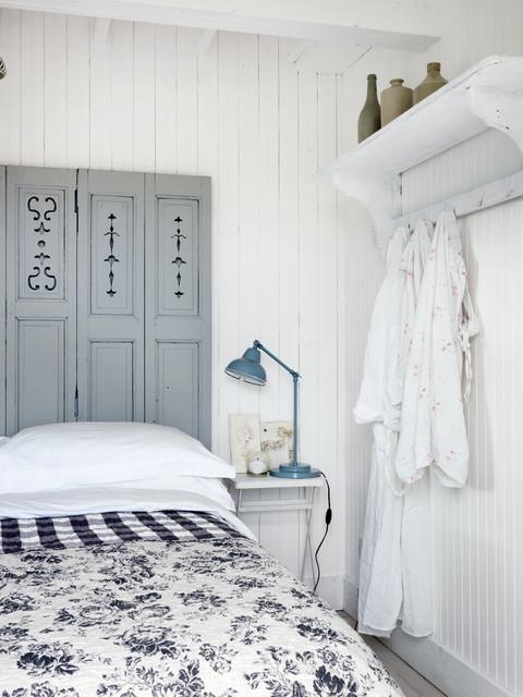Крючки для одежды на стене в гостевой