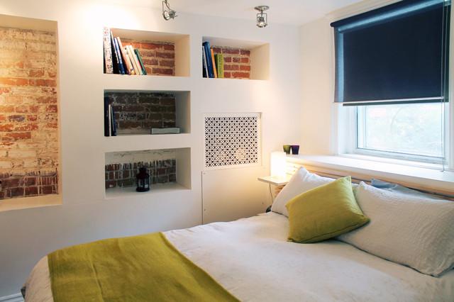 Открытые полки в стене гостевой комнаты