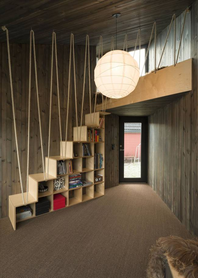 Комната для писателя. Открытые полки под лестницей