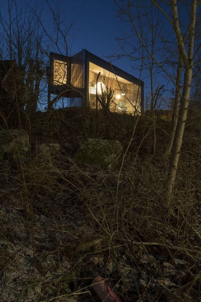 Комната для писателя. В вечернее время ярко освещённый домик очень похож на маяк на вершине холма