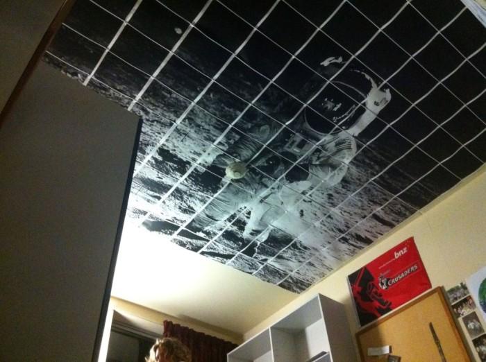 Изображение космонавта на потолке