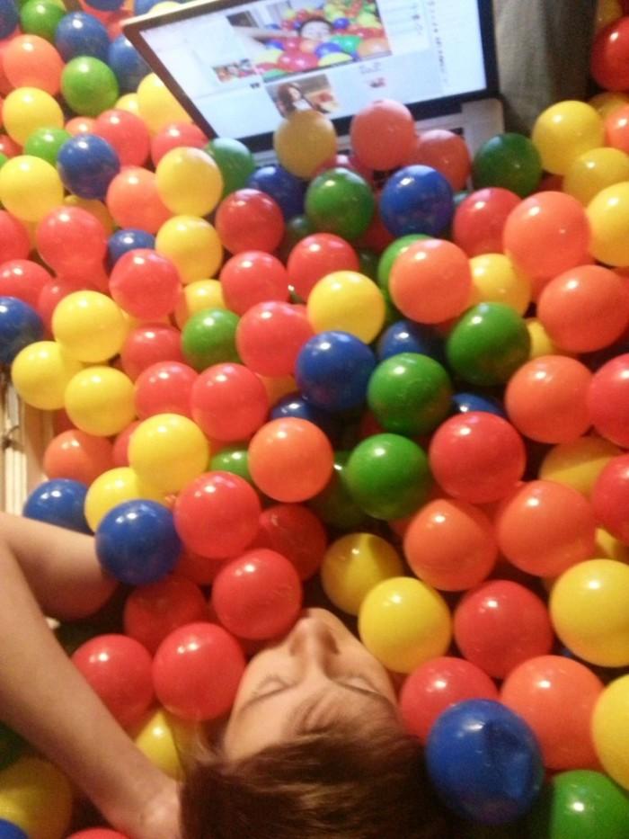 Разноцветные шарики в комнате