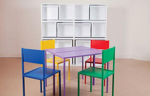 Яркие стол и стулья