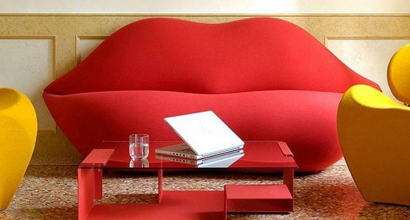 Красный диван в форме губ