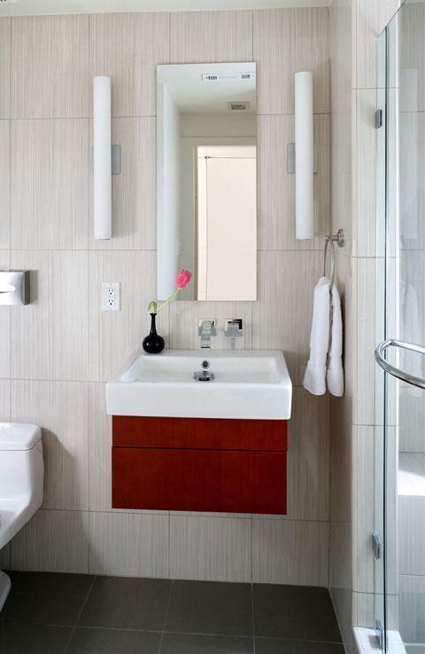 Яркие акценты в интерьере маленькой ванной
