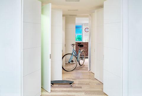 Велосипед в маленькой квартире