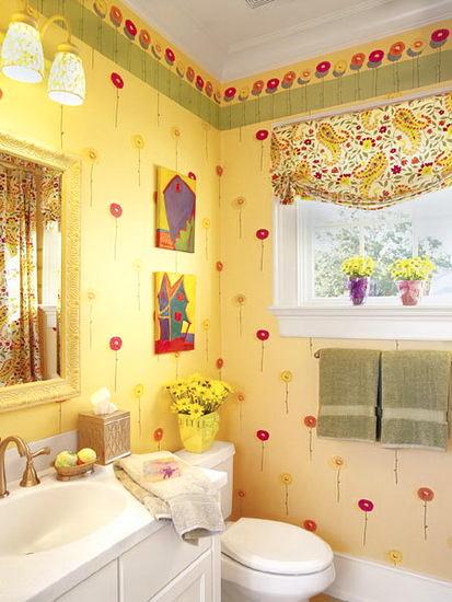 Цветы и занавески в ванной