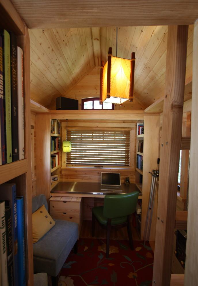 Крошечный дом с деревянной отделкой