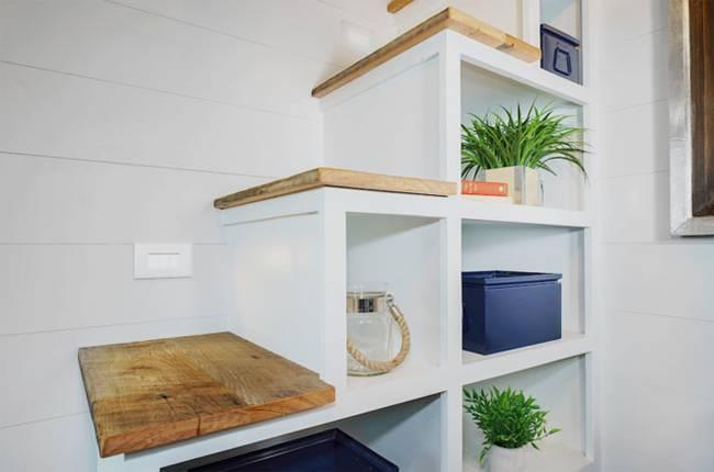 Крошечный дом.Нишам в лестнице можно найти любое применение