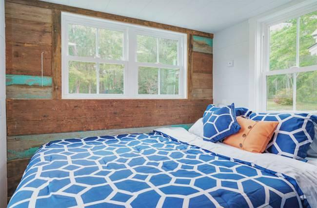 Крошечный дом. Стена из амбарной доски создает в комнате атмосферу сельской жизни