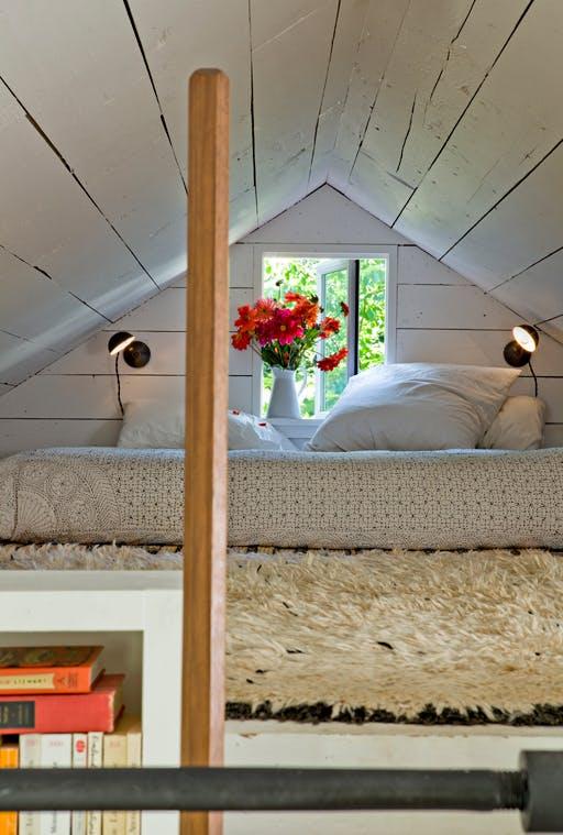 Спальня на чердаке в крошечном доме