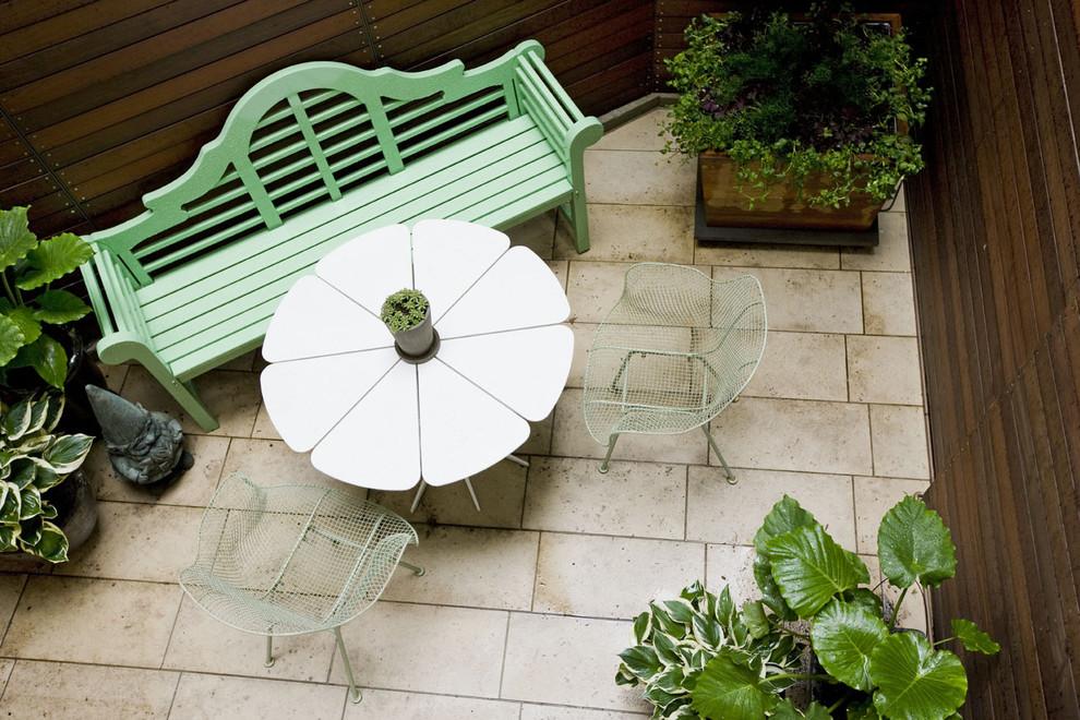 Скамья и столик на балконе