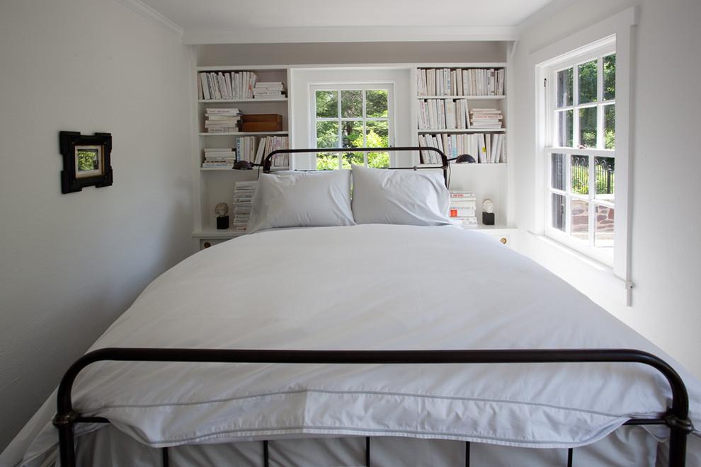 Большая кровать в маленькой спальне