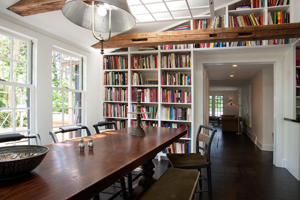 Большой книжный стеллаж в столовой