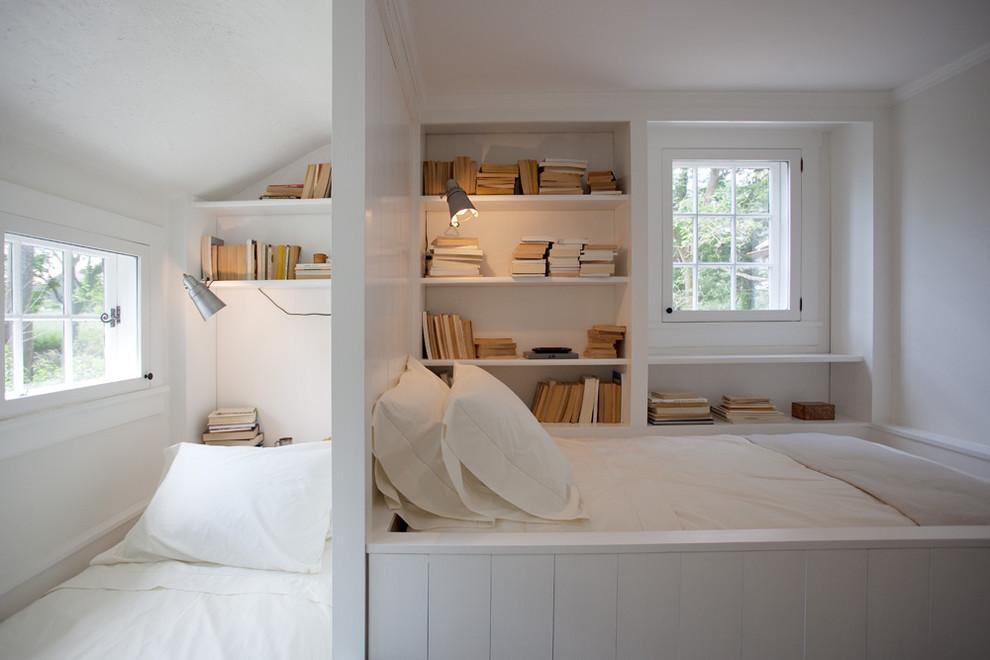 Открытые книжные полки у спального места