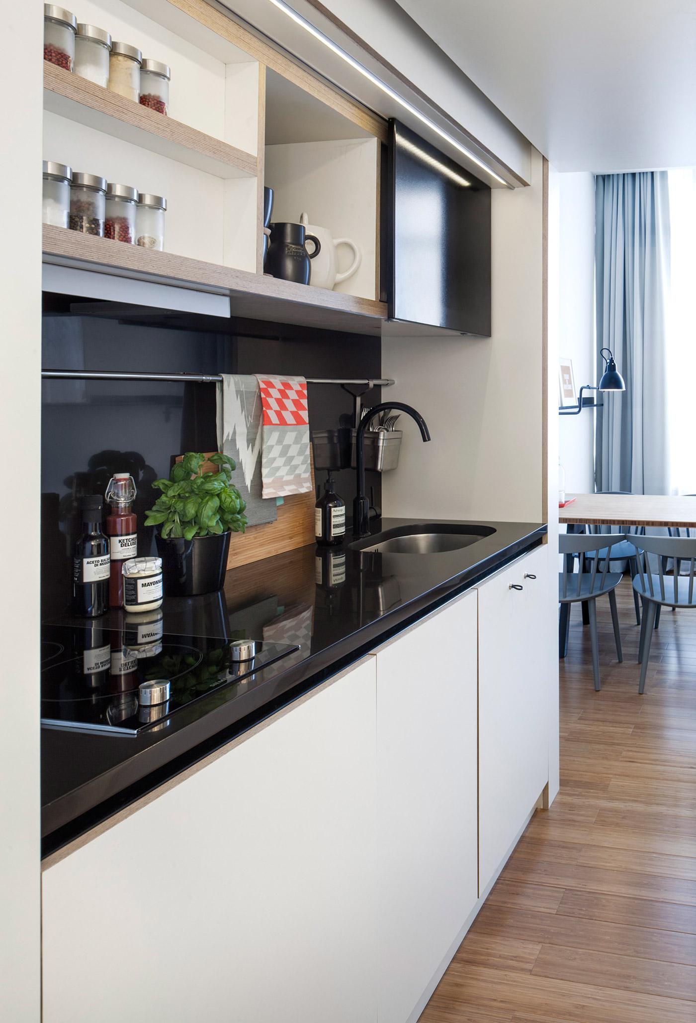 Маленькая кухня в чёрно-белом цвете