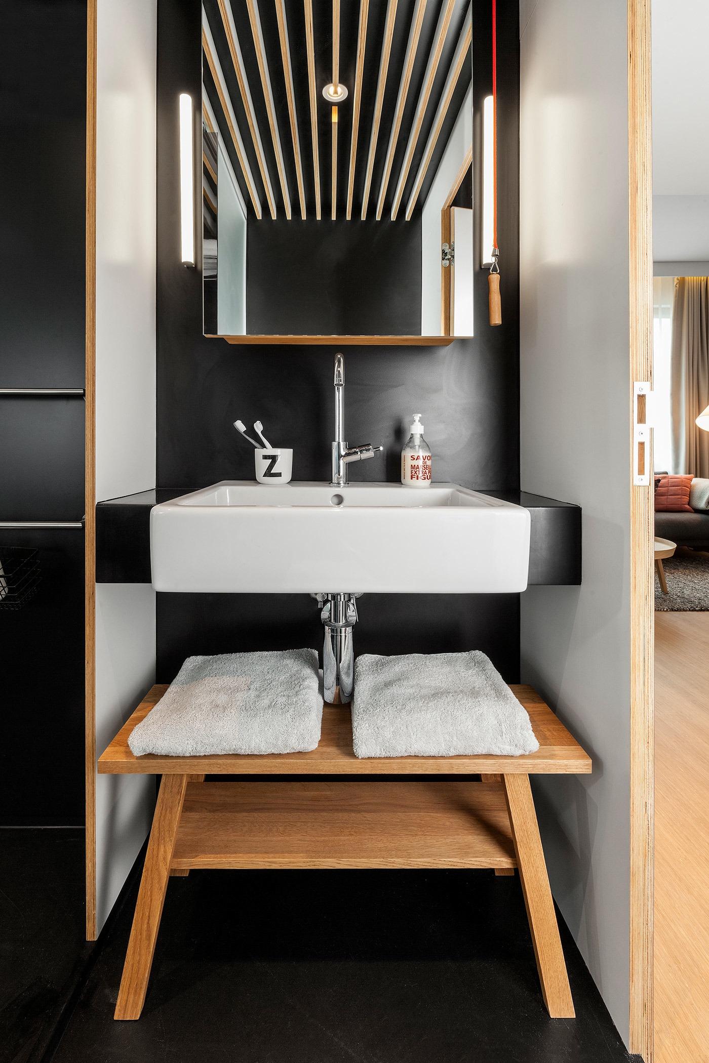 Маленький туалетный столик в чёрно-белом исполнении