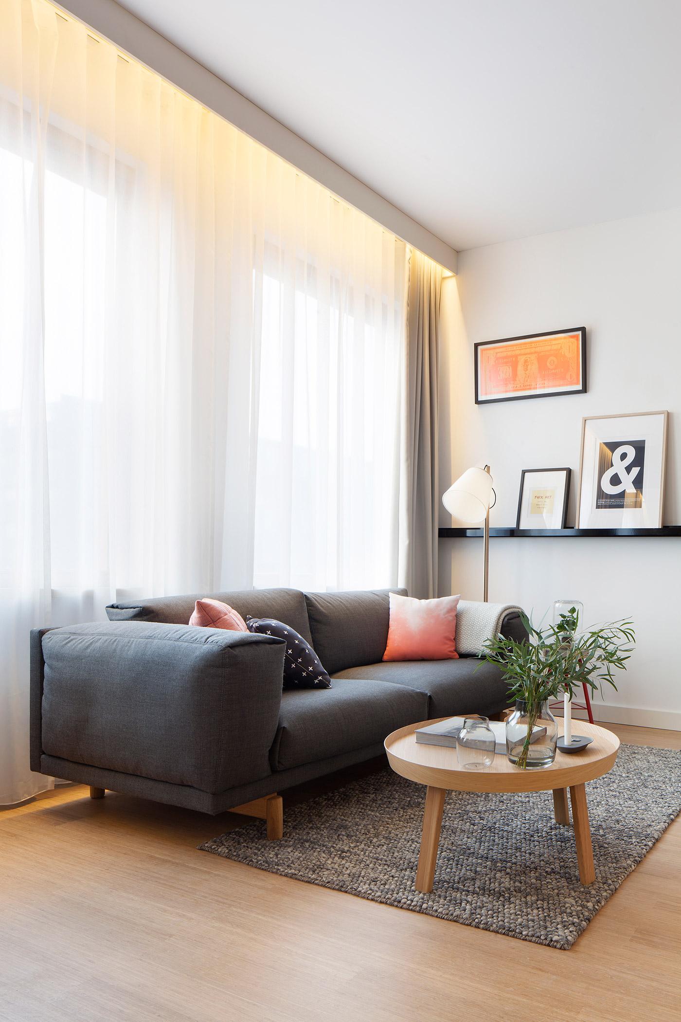 Мягкий диван в гостиной зоне