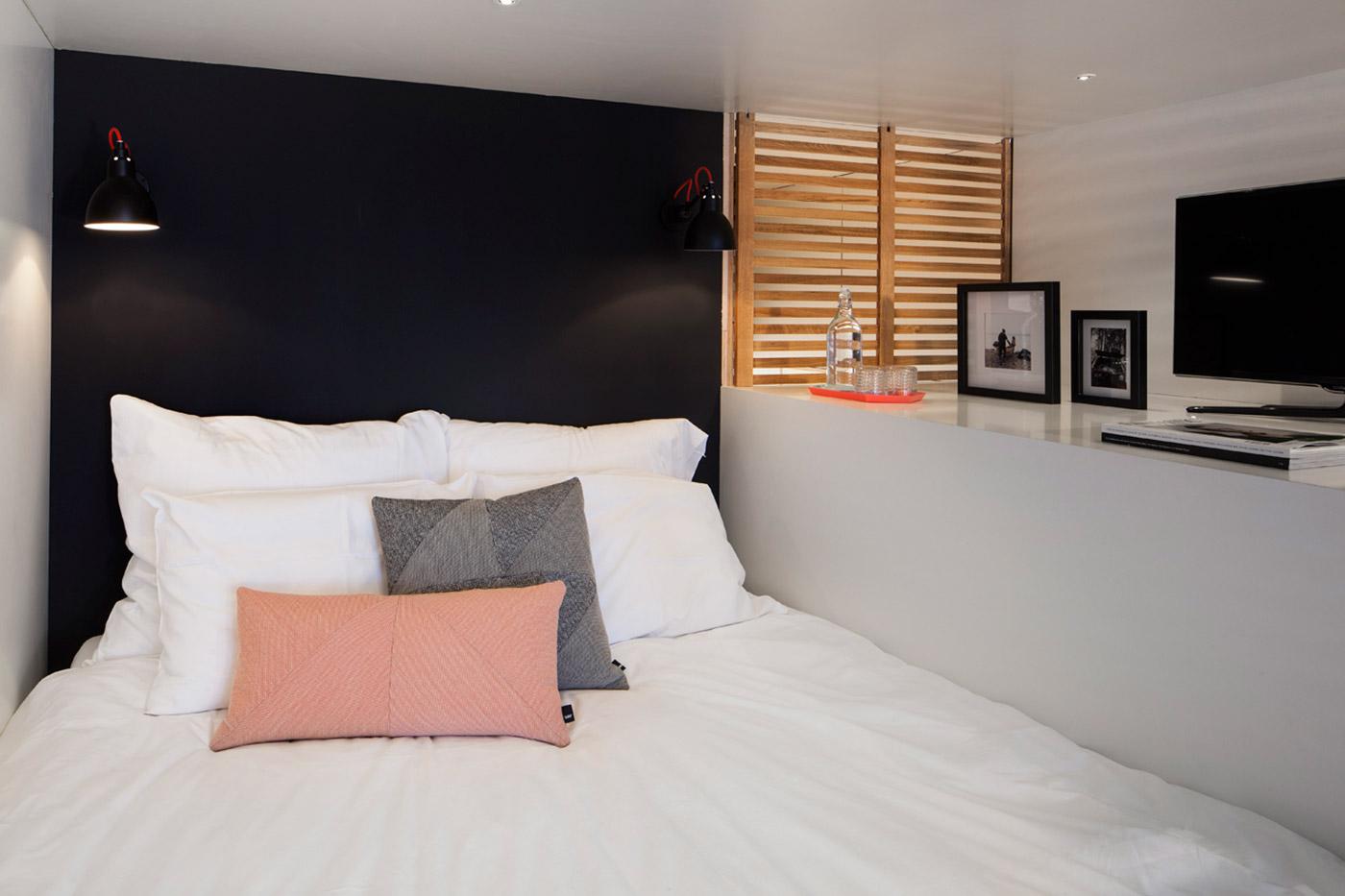 Спальня за деревянной решёткой