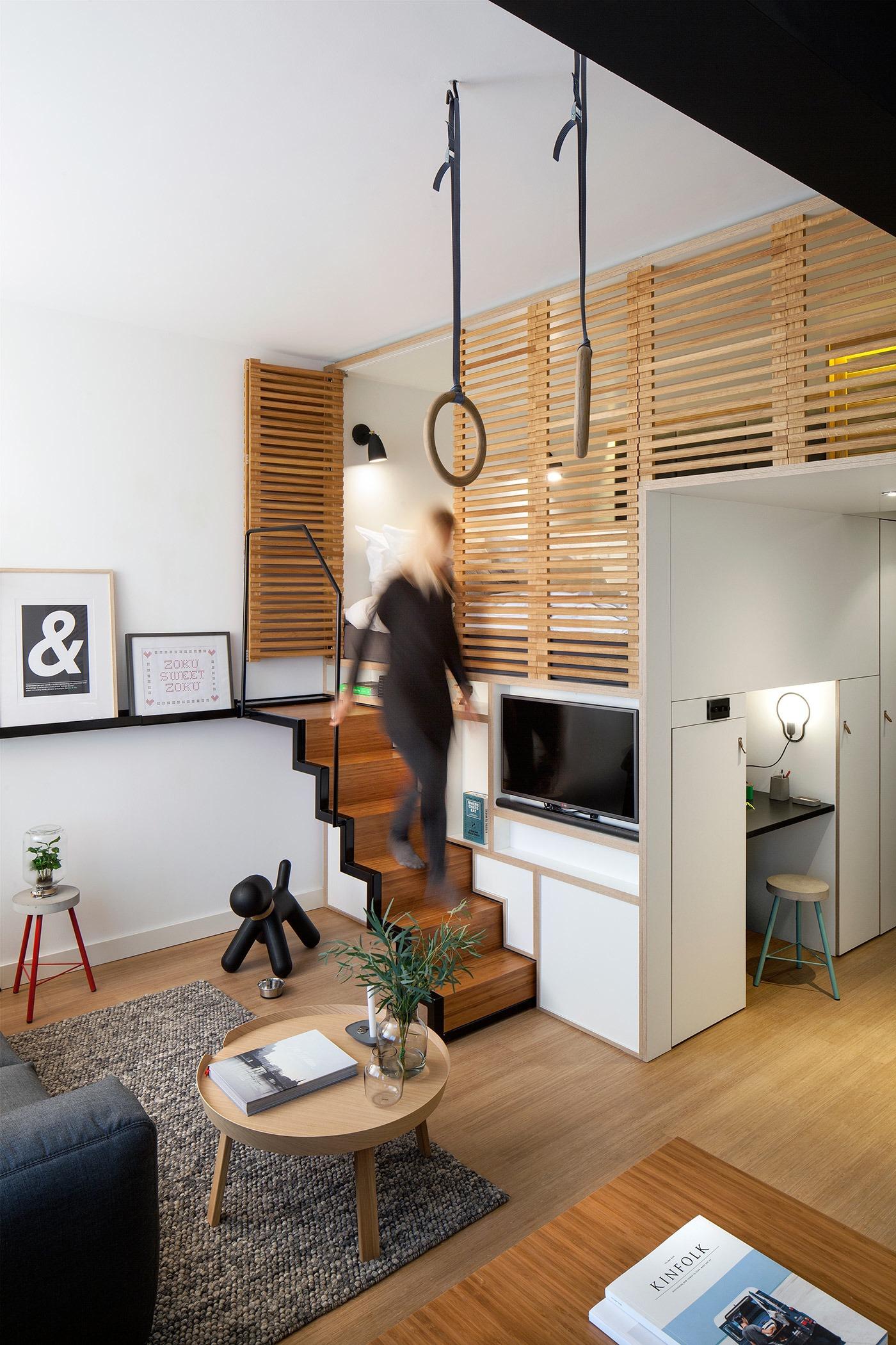 Лёгкая лестница в интерьере квартиры-студии