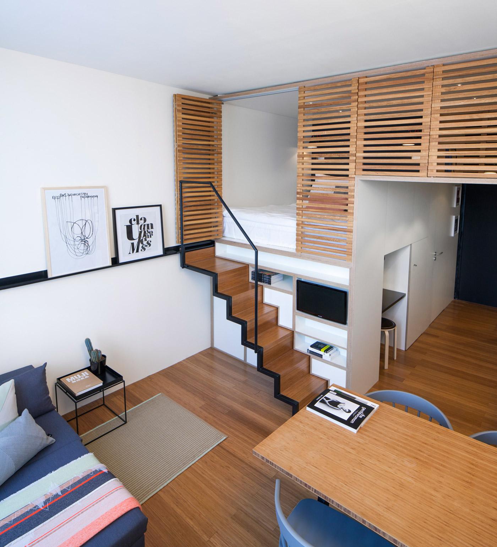 Деревянная полупрозрачная перегородка в интерьере квартиры-студии