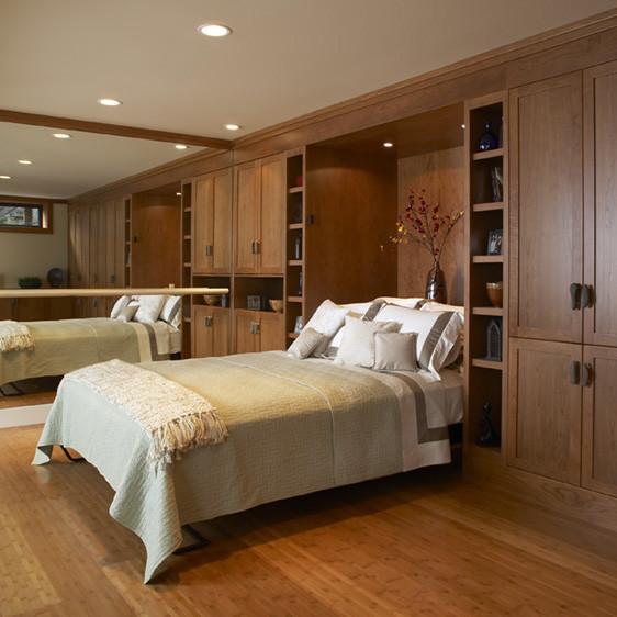 Кровать Murphy в спальне с зеркалом