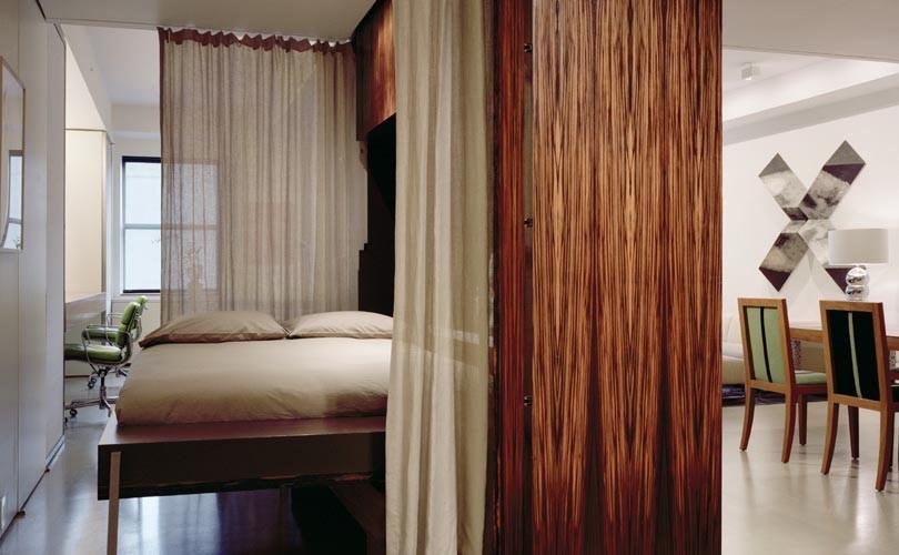 Кровать Murphy в спальне за шторами