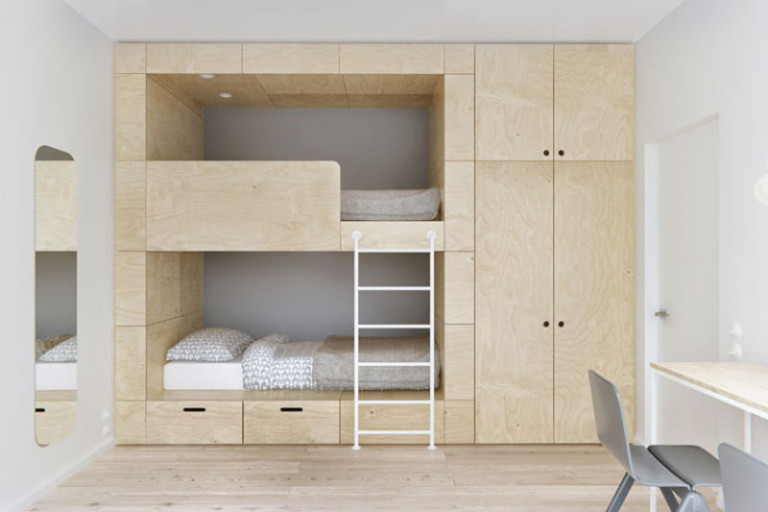 Встроенная двухъярусная кровать в маленькую спальню