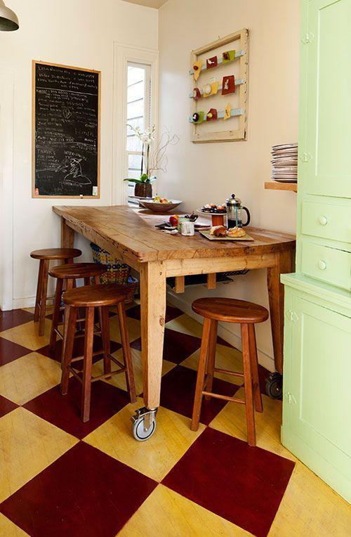 Деревянный обеденный стол на колёсах