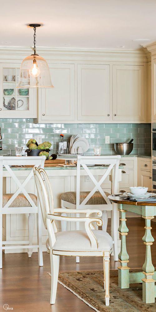 Люстра с прозрачным плафоном на кухне