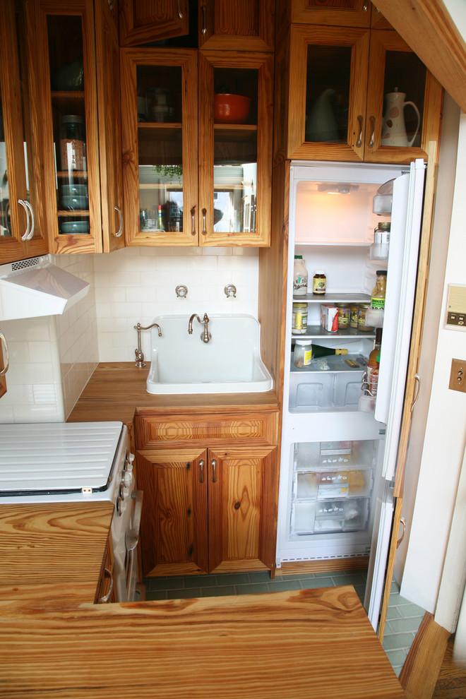 Спрятанный холодильник в интерьере винтажной кухни