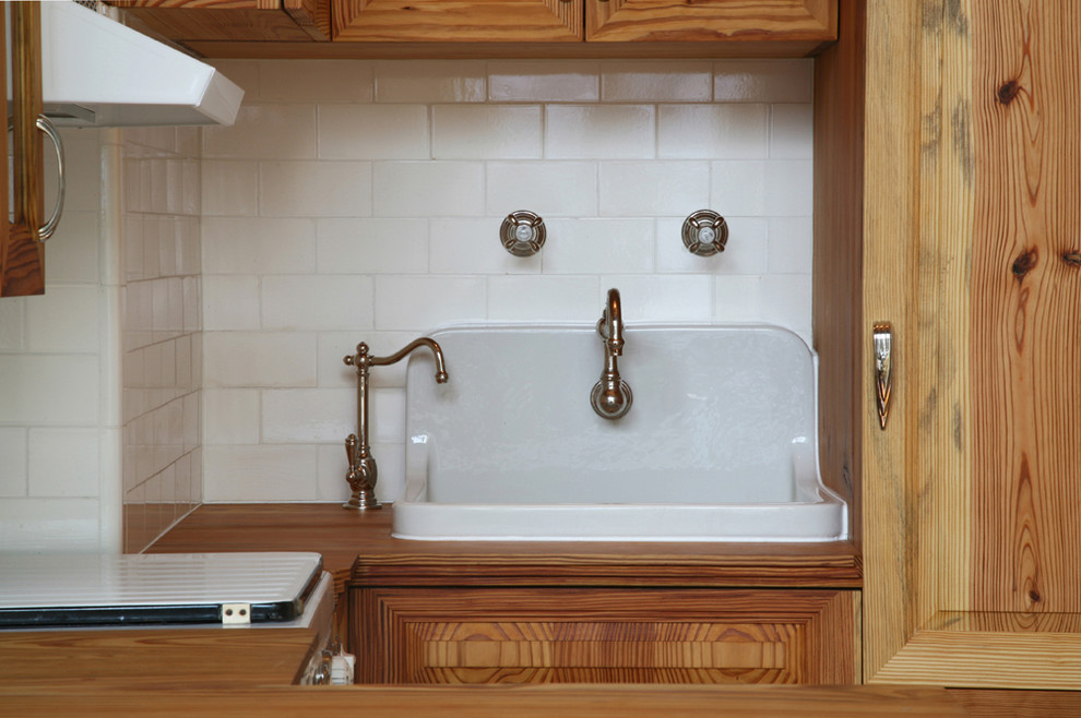 Белая сантехника на винтажной кухне