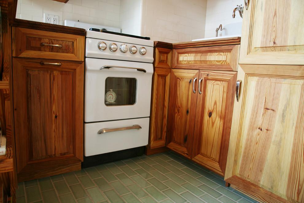 Деревянная кухня в винтажном стиле