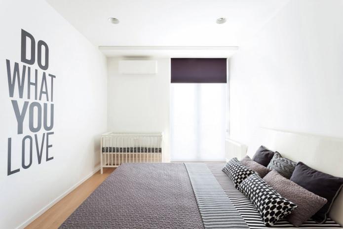 Фиолетовые акценты в чёрно-белой спальне