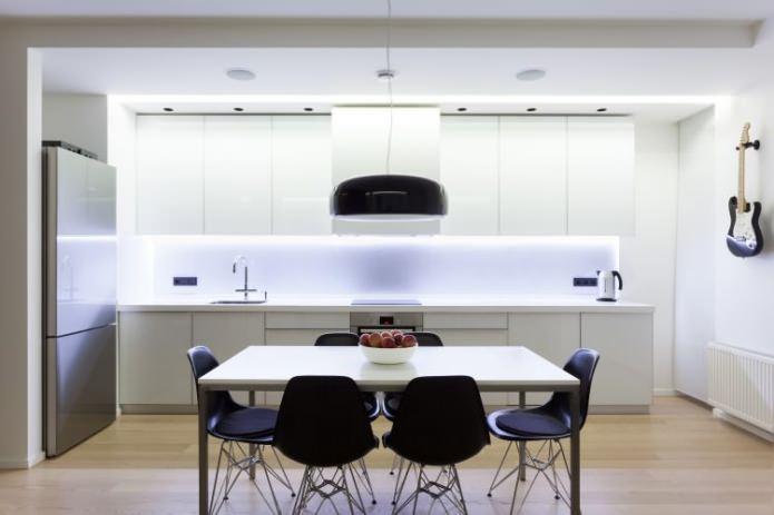 Кухонная и обеденная зоны в белом цвете