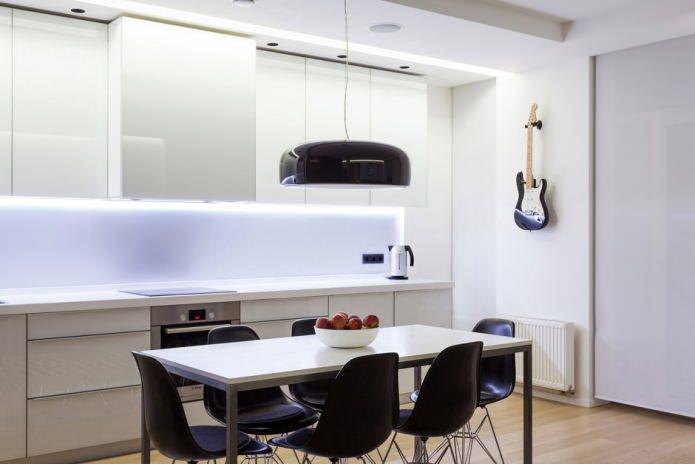 Чёрные акценты на белой кухне