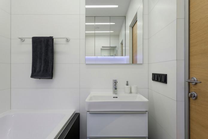 Чёрные акценты в белой ванной
