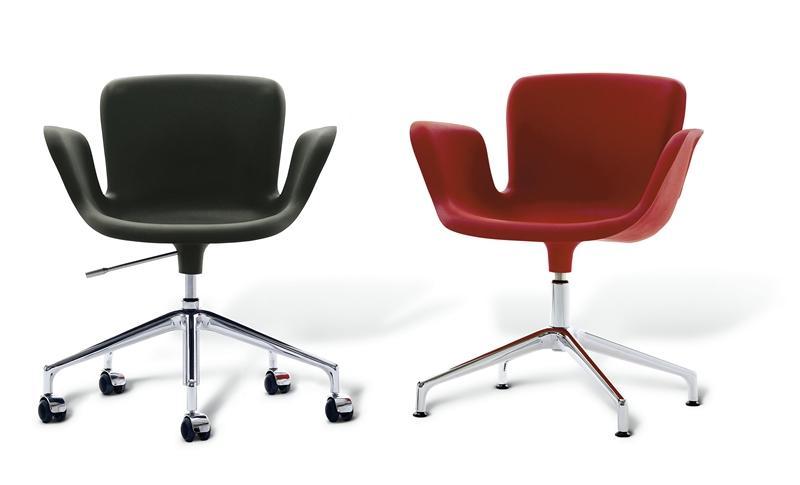 Чёрное и красное офисные кресла