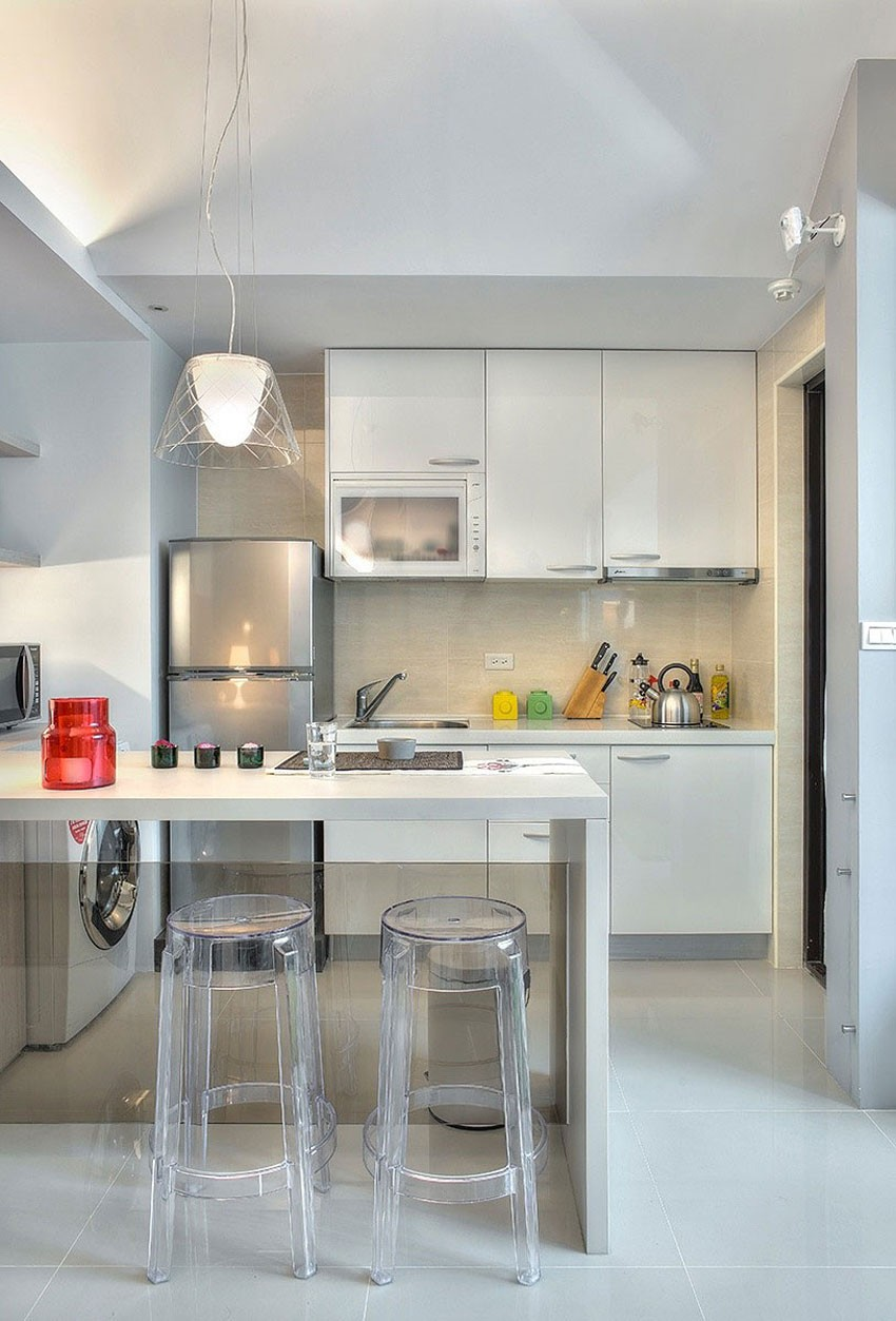 Прозрачные барные стулья на кухне