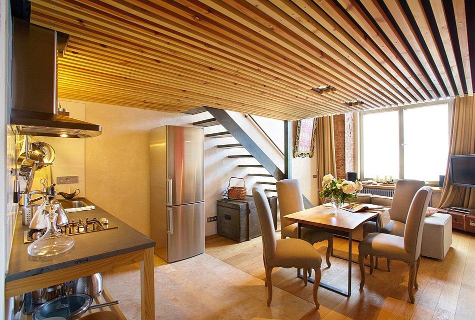 Кухня, столовая и гостиная на первом этаже в малогабартиной квартире