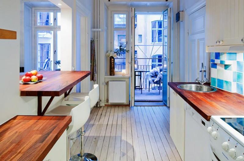 Интерьер кухни с выходом на балкон в небольшой квартире