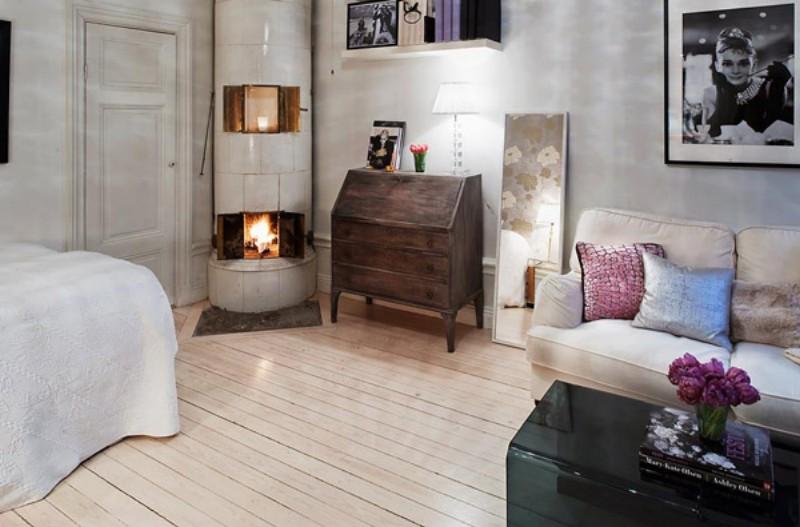 Интерьер гостиной с камином в небольшой квартире