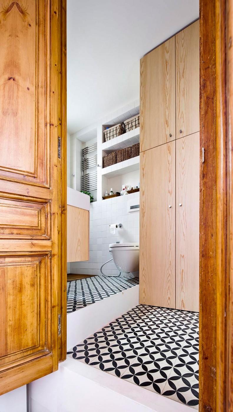 Маленькая ванная комната с высокими потолками