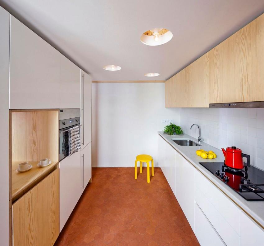Интерьер маленькой кухни с высокими потолками