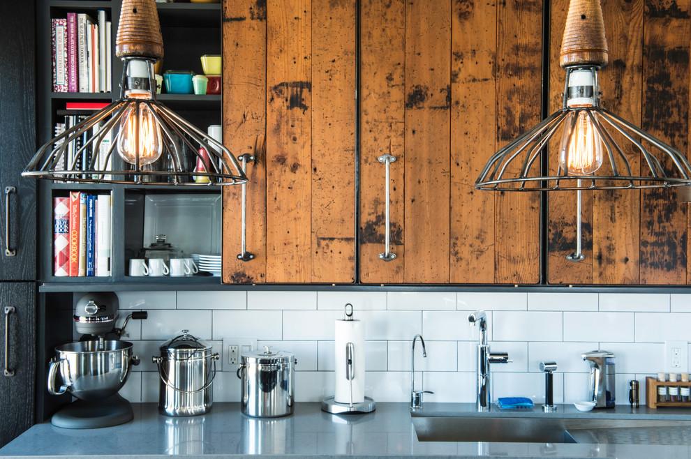 Деревянная кухонная мебель со стальными деталями