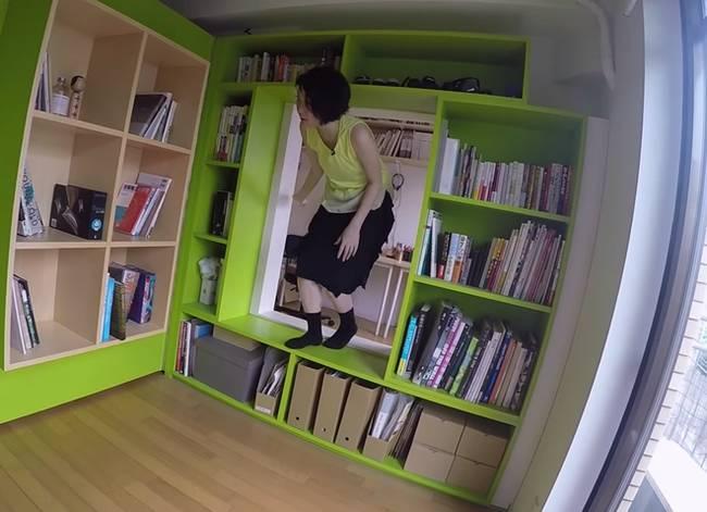 Проход в книжном шкафу