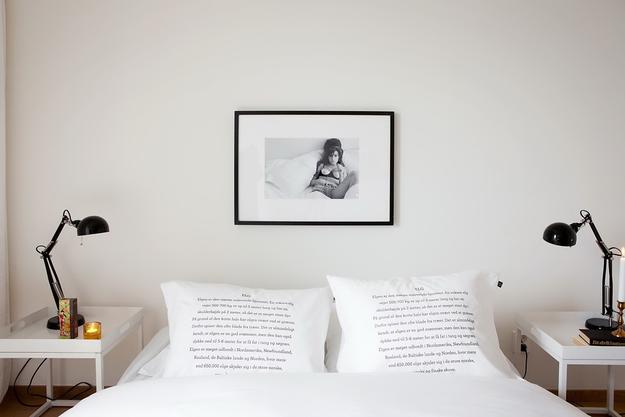 Подушки с надписями в спальне