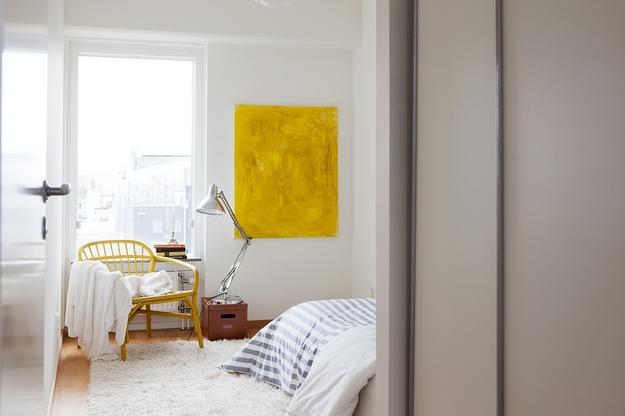 Жёлтые акценты в белой спальне